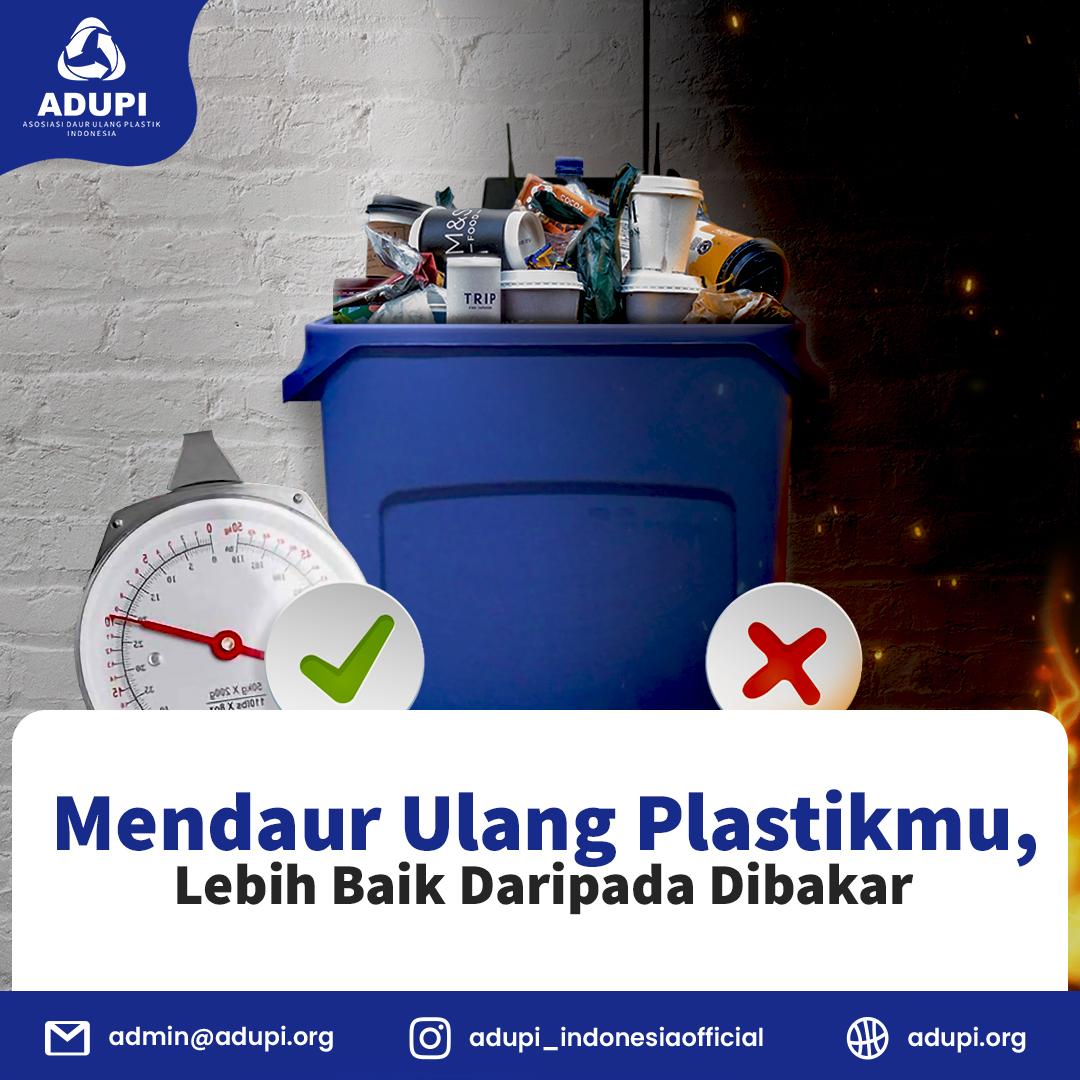 Membakar plastik seolah menjadi jalan pintas untuk melenyapkan plastik bekas pakai yang dianggap sampah tak berguna.